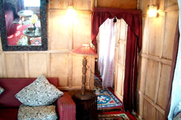 Lobby of NEW LUCKY KASHMIR HOUSEBOAT Hotel Srinagar - Budget Hotels in Srinagar